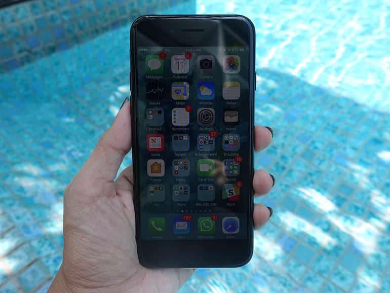 صور موبايل ايفون فى الخارج Apple iphone 7 screen outdoors