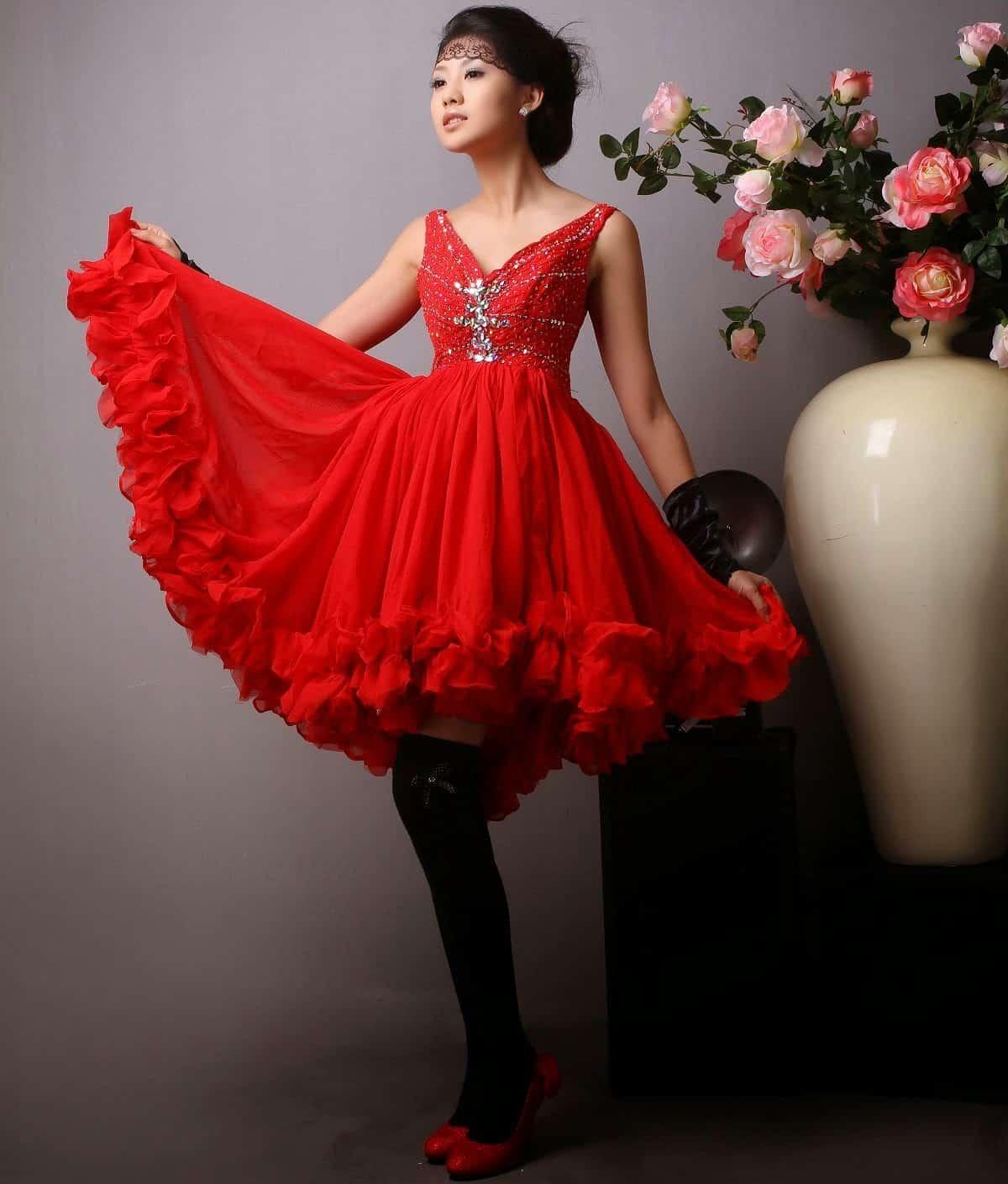 صور فساتين سهرة قصيرة باللون الأحمر متنوعة